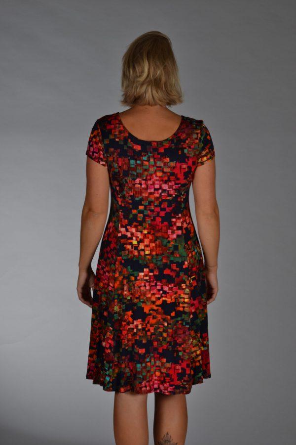 Stella Moretti jurk Vurig, donkerblauw met rood/oranje grafische vlakken